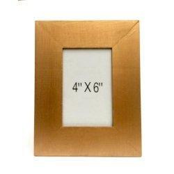 Alquiler de marco de madera dorado.