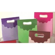 Bolsa Patty de papel con asa troquelada a modo de solapa rematada con ondas. 16x19x8 cms c/12 unidades