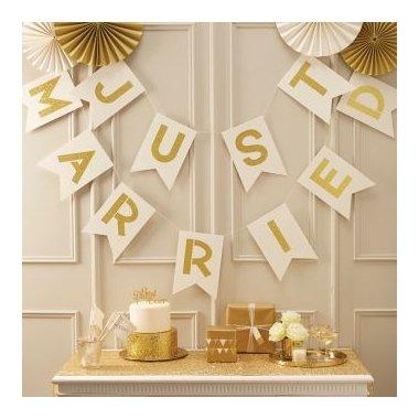 Guirnalda marfil con letras doradas. JUST MARRIED.