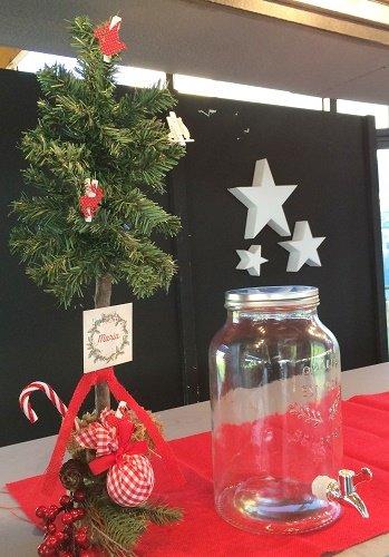Food-truck-decorativa-bautizo-navideño-decoracion-eventos-marisa-martinez-gramajeshop.com-dispensador-de-bebidas-con-grifo-arbol-de-navidad